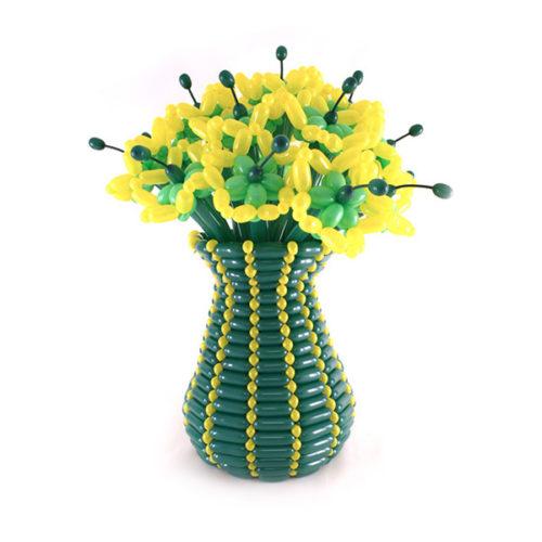 Букет из 11 желтых цветов в зеленой вазе