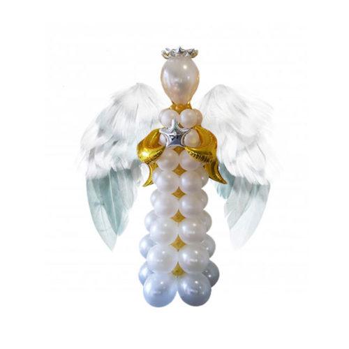Белый ангел из воздушных шаров с крыльями из перьев