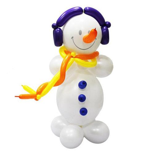 Белый снеговик с синими наушниками из воздушных шаров