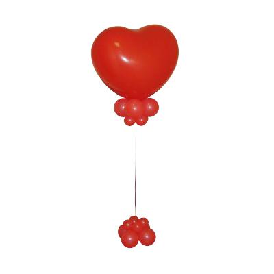 Фонтан с красным сердцем из воздушных шаров