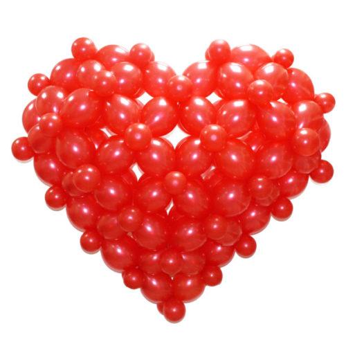 Красное объемное сердце из воздушных шаров