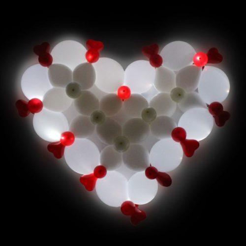 Розово-белое сердце из светящихся воздушных шаров