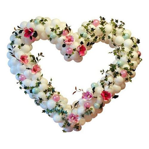 Белое сердце с искусственными цветами и зеленью из воздушных шаров