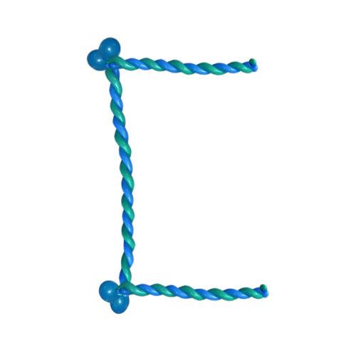 """Синяя буква """"С"""" из длинных воздушных шаров"""