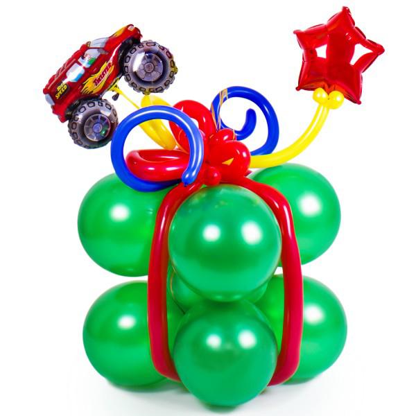 Зеленый подарок с машинкой из воздушных шаров