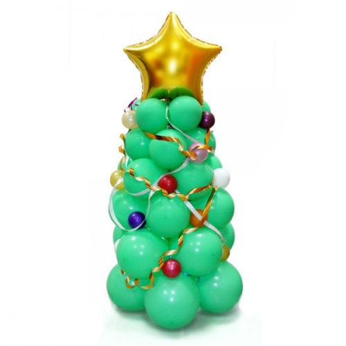 Новогодняя елка с игрушками и с золотой звездой из воздушных шаров