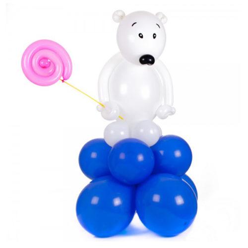 Белый мишка с конфетой из воздушных шаров