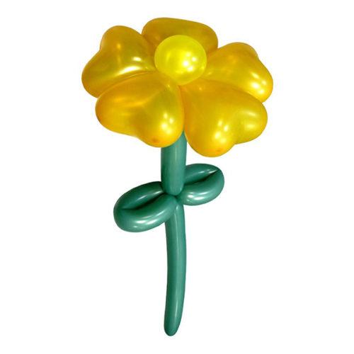 Желтый цветок с лепестками в форме сердец из воздушных шаров