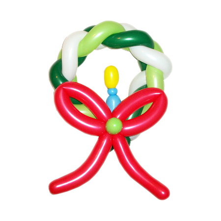 Новогодний венок со свечкой из воздушных шаров
