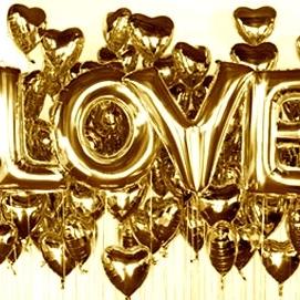 Надпись из шаров LOVE с сердцами золото