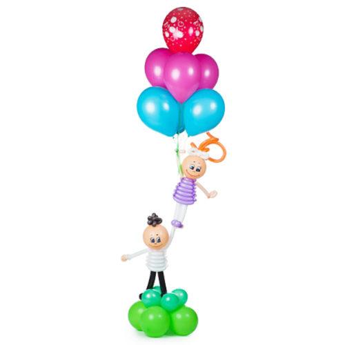 Девочка с мальчиком держат воздушные шары