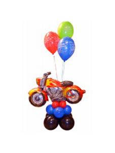 Стойка с мотоциклом из воздушных шаров