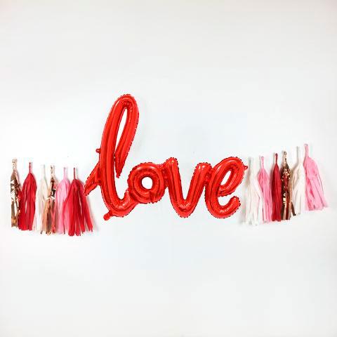 Надпись LOVE с гирляндой Тассел
