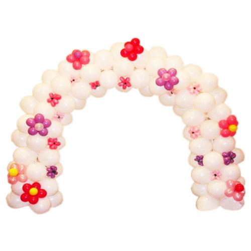 Белая арка с розовыми и красными ромашками из воздушных шаров