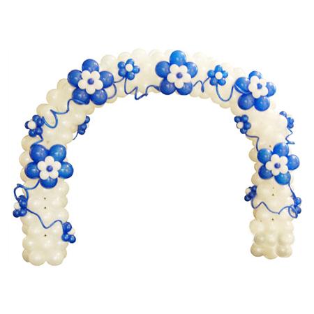 Белая арка с синими цетами из воздушных шаров