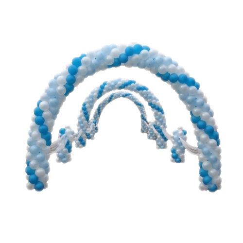 Тройная арка со стойками и тканью из белых и голубых воздушных шаров