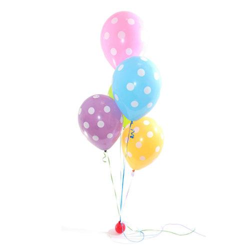 Фонтан из разноцветных воздушных шаров в горох