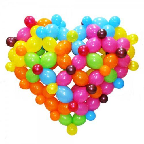 Радужное разноцветное сердце из воздушных шаров