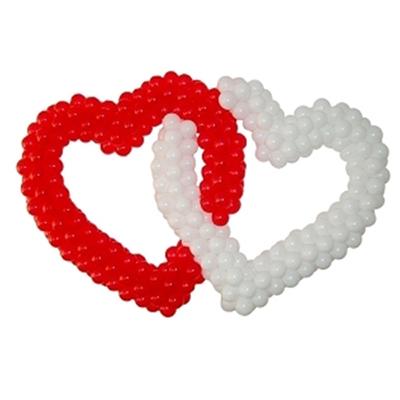 Белое и красное сердца соединенные друг с другом из воздушных шаров