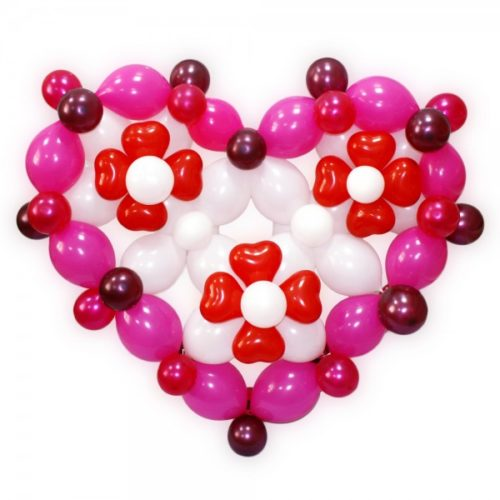 Розово-белое сердце с красными цветами из воздушных шаров
