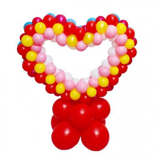 Разноцветное сердце на красной подставке из воздушных шаров