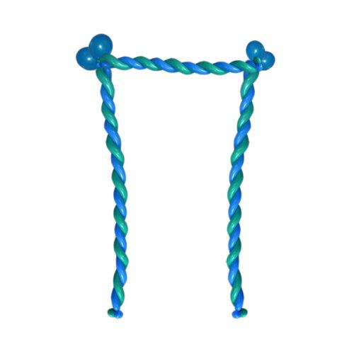 """Синяя буква """"П"""" из длинных воздушных шаров"""