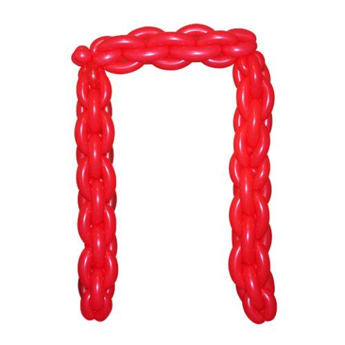 """Красная буква """"П"""" из длинных воздушных шаров"""