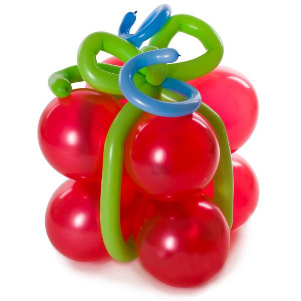 Красный подарок с зеленой лентой из воздушных шаров