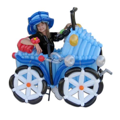 Голубой автомобиль со шляпой из воздушных шаров