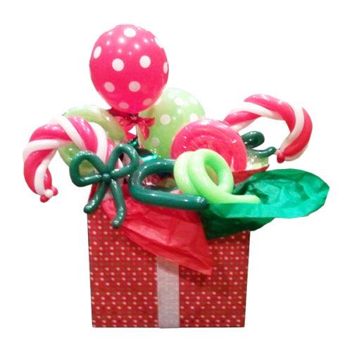 Коробка с новогодними сладостями из воздушных шаров