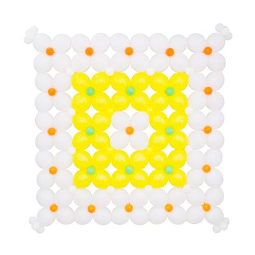 Панно бело-желтое из воздушных шаров