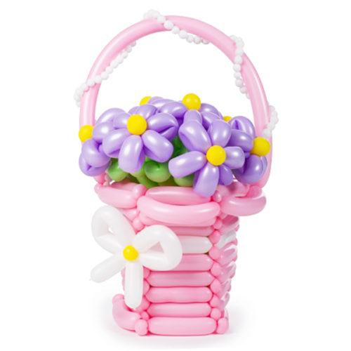 Розовая корзина с сиреневыми цветочками из вооздушных шаров