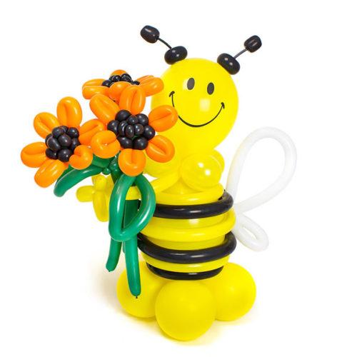 Пчелка с букетом оранжевых цветов из воздушных шаров
