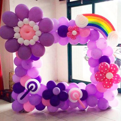 Рамка ростовая для фотографии из шаров сиреневая с радугой