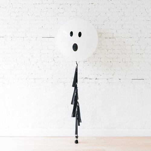 Большой шар Приведение с черной гирляндой Тассел
