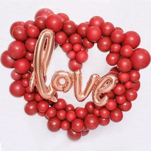Сердце из шаров с надписью Любовь Золото