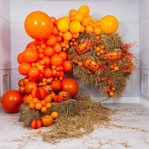 Фотозона из воздушных шаров на Хеллоуин Тыквы с сеном
