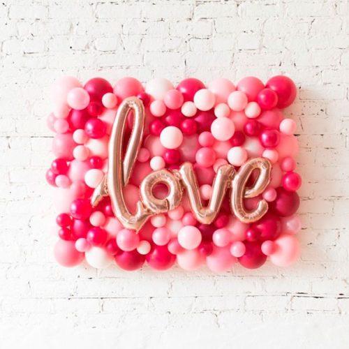 Панно из воздушных шаров с надписью Love на стену Розовые тона на День Святого Валентина