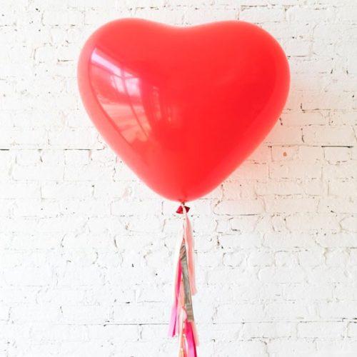 Сердце большое красное латекс с гирляндой тассел на День Святого Валентина