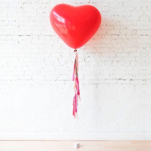 Сердце большое красное латекс с гирляндой тассел на грузике на День Святого Валентина
