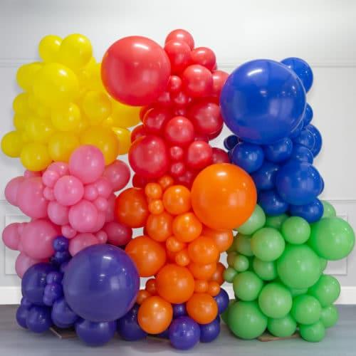 Стена Ассорти из воздушных шаров Радуга яркая кластеры