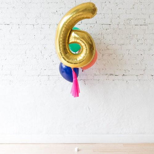 Фонтан из 3 воздушных шаров и цифра 6 Золото